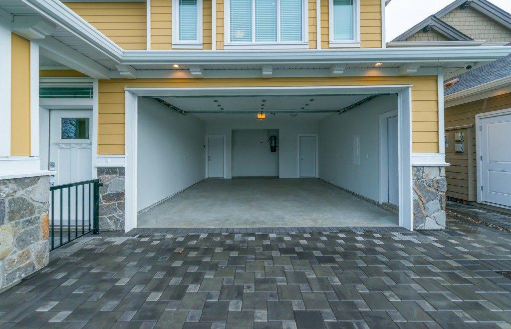 a mi-sized empty garage