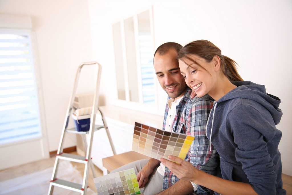 Couple choosing color for room paint