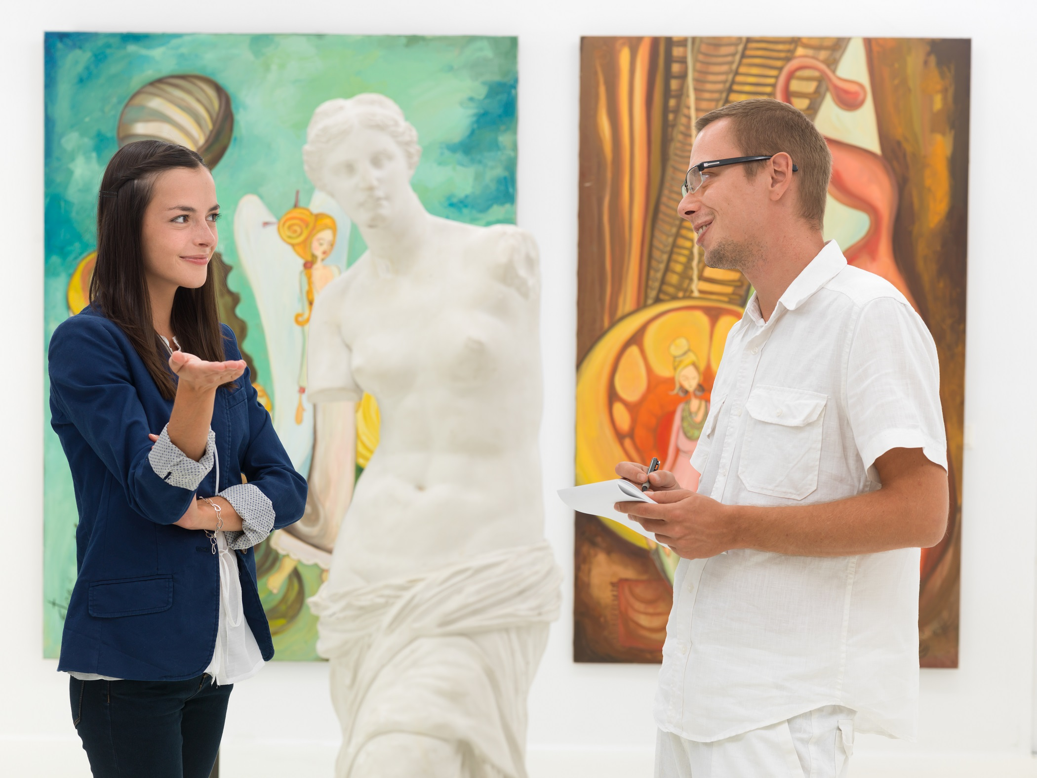 couples in the museum appreciating art